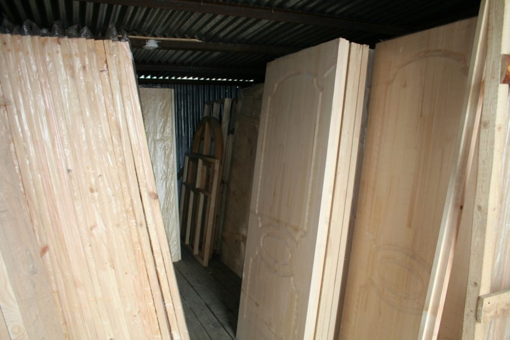Неокрашенные сосновые двери с филёнками