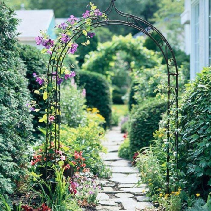 Металлическая арка в виде опоры для цветов