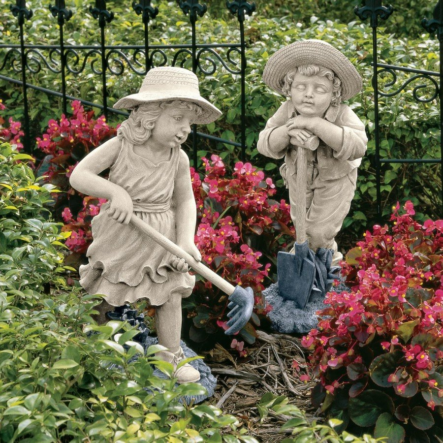 Скульптура мальчика и девочки