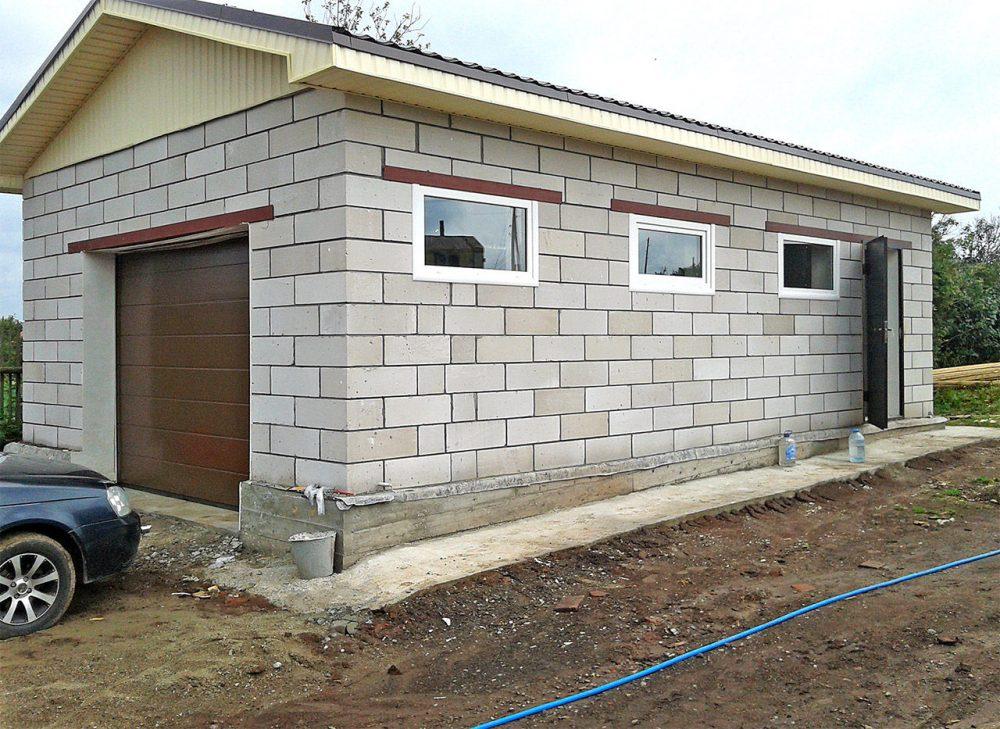 Постройка для хранения автомобиля и хозяйственных нужд, возведённая из блоков