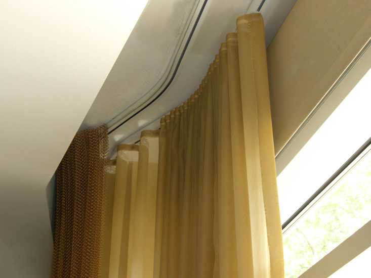 Потолочные карнизы могут быть изогнутыми, пример монтажа в нише потолка из гипсокартона