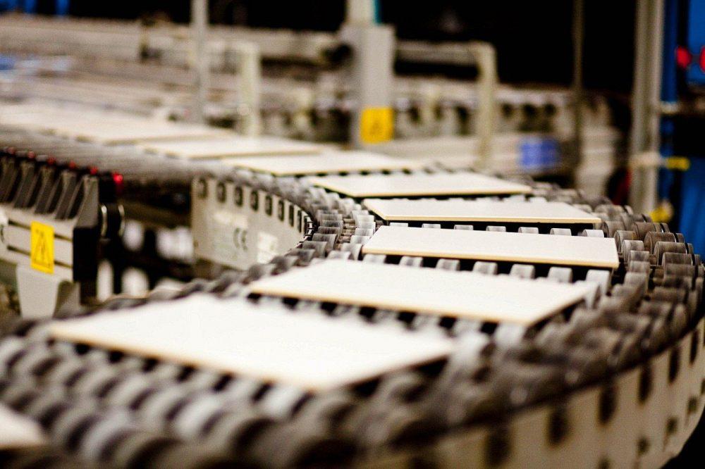 Прессованная плитка по конвейеру подается в печь для обжига