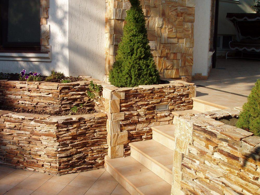 При использовании камня в качестве облицовочного материала, ваше крылечко может выглядеть так