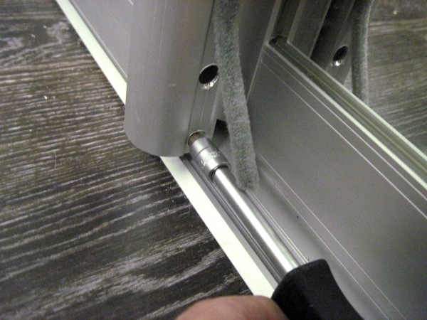 Производим регулировку дверного уклона
