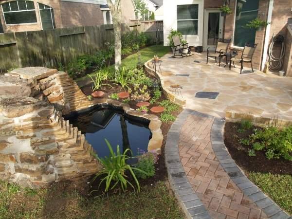 Дизайн двора частного дома с бассейном или искусственным прудом