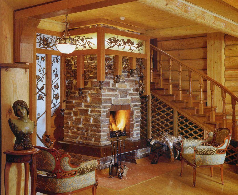 Решение интерьера гостиной с двумя крупными конструкциями: кирпичный камин и деревянная лестница