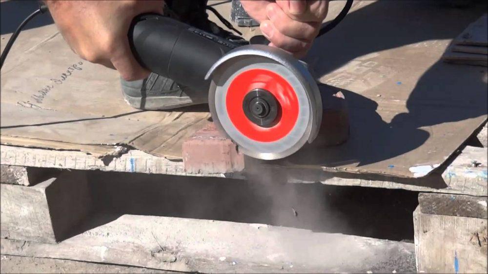 Резка плитки – процесс шумный и пыльный