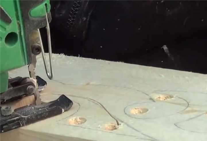 Вот основной этап вырезания наличника из древесины