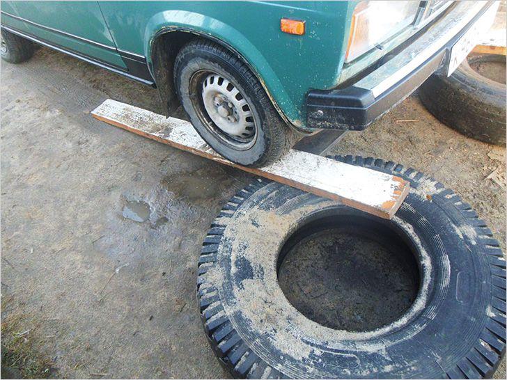 Самодельная из покрышек грузовика и досок