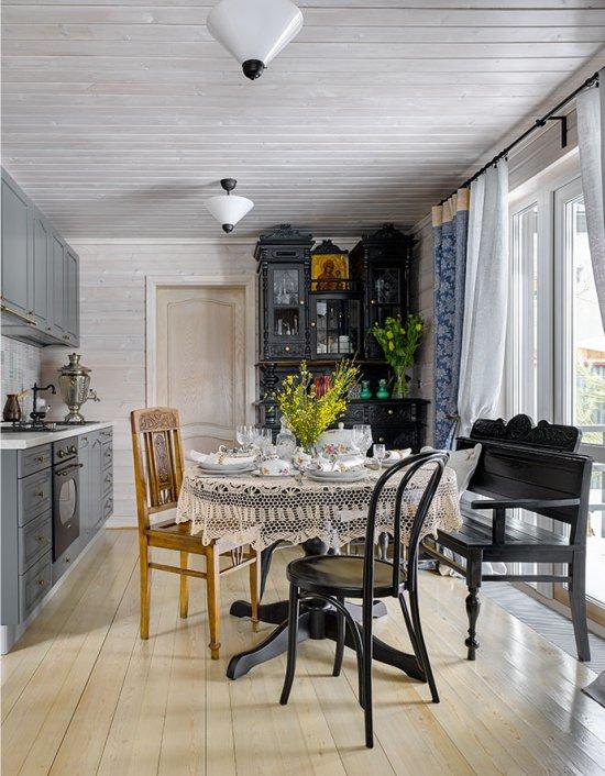 Серый гарнитур в интерьере дачной кухни