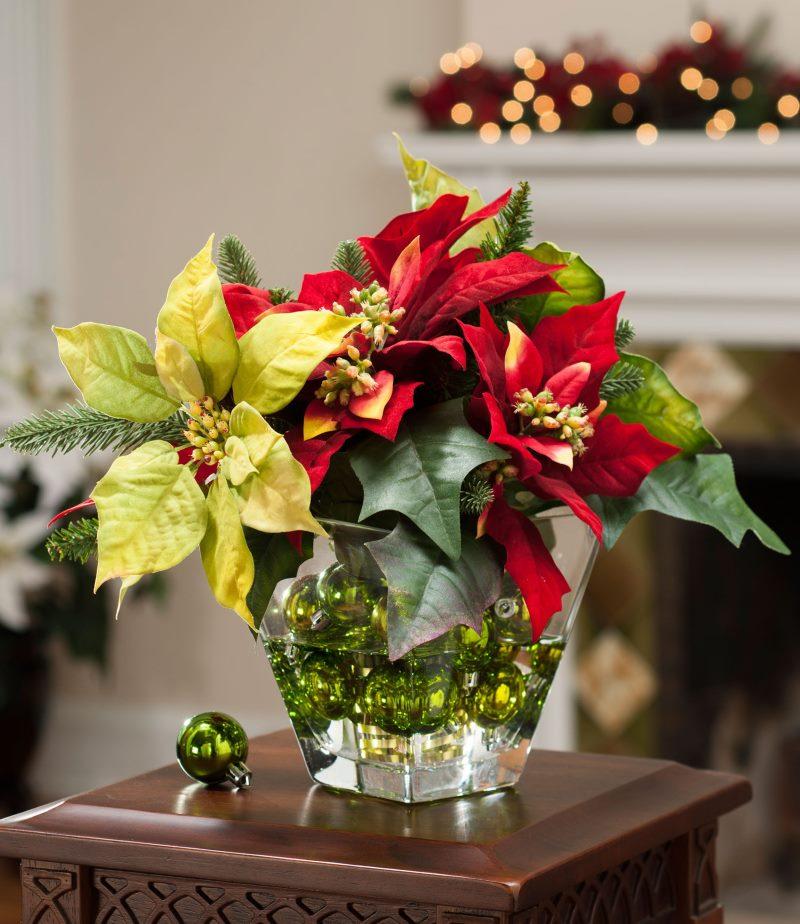 Стеклянная ваза с искусственными цветами