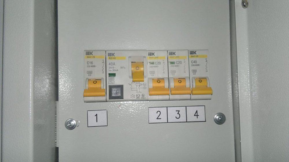 Отключаем автоматические выключатели