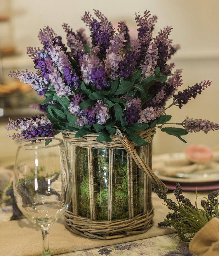 Искусственные цветки сирени в стеклянной вазе