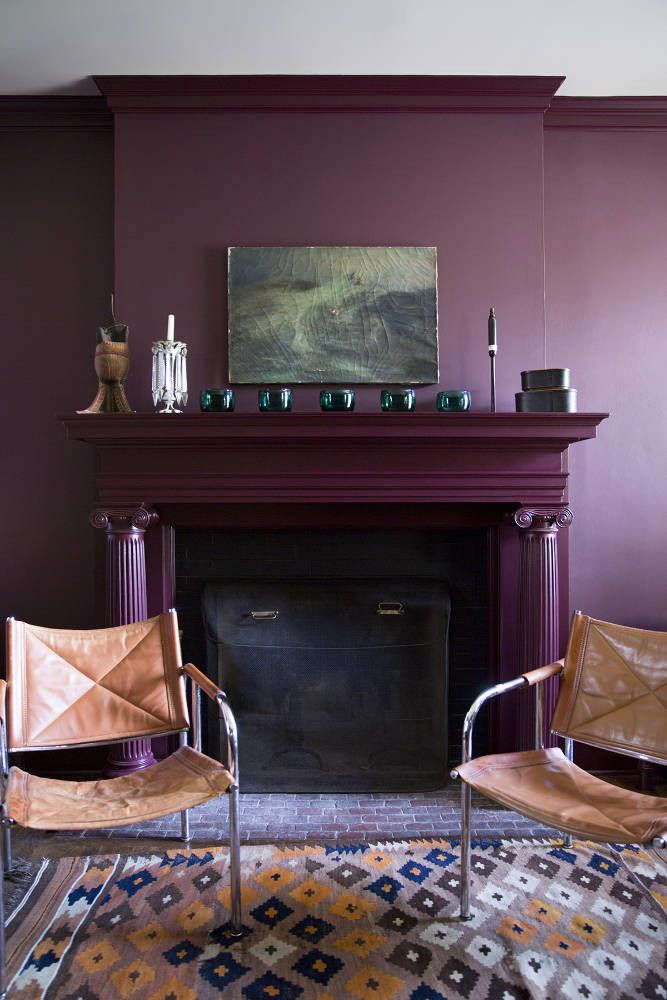 Сиреневые обои можно сочетать с разнообразными стилями получая нужное вам настроение и атмосферу в комнате. На фото гостиная с нотками скандинавского стиля выглядит очень уютно