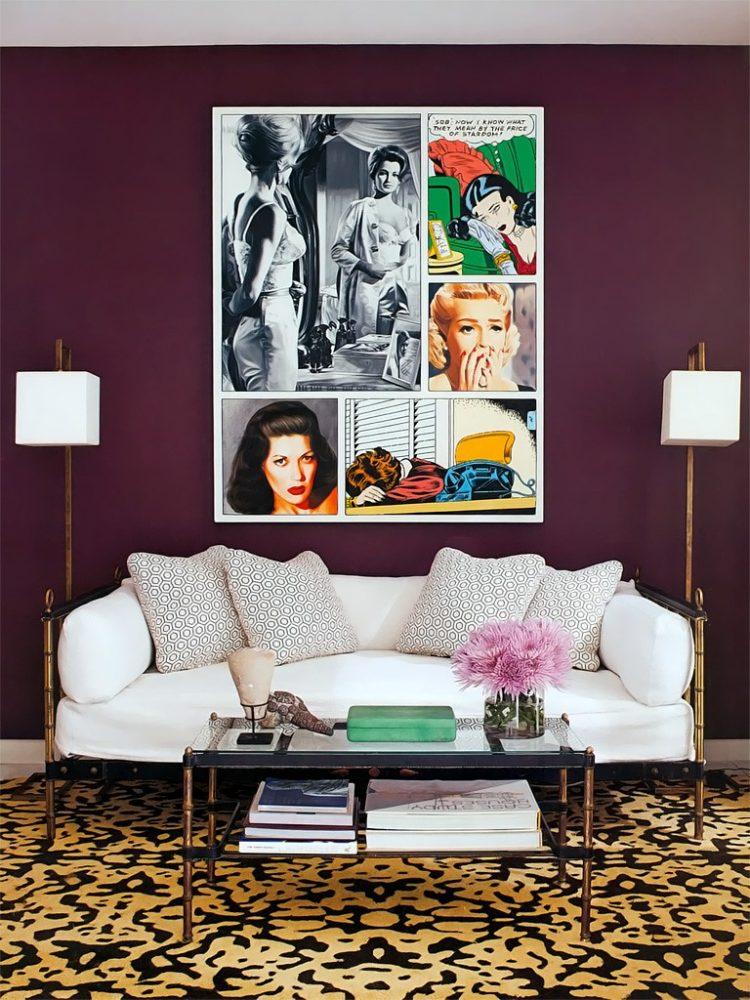 Гостиная с элементами ретро стиля и обоями сиреневого цвета, которые отлично сочетаются с белыми деталями интерьера
