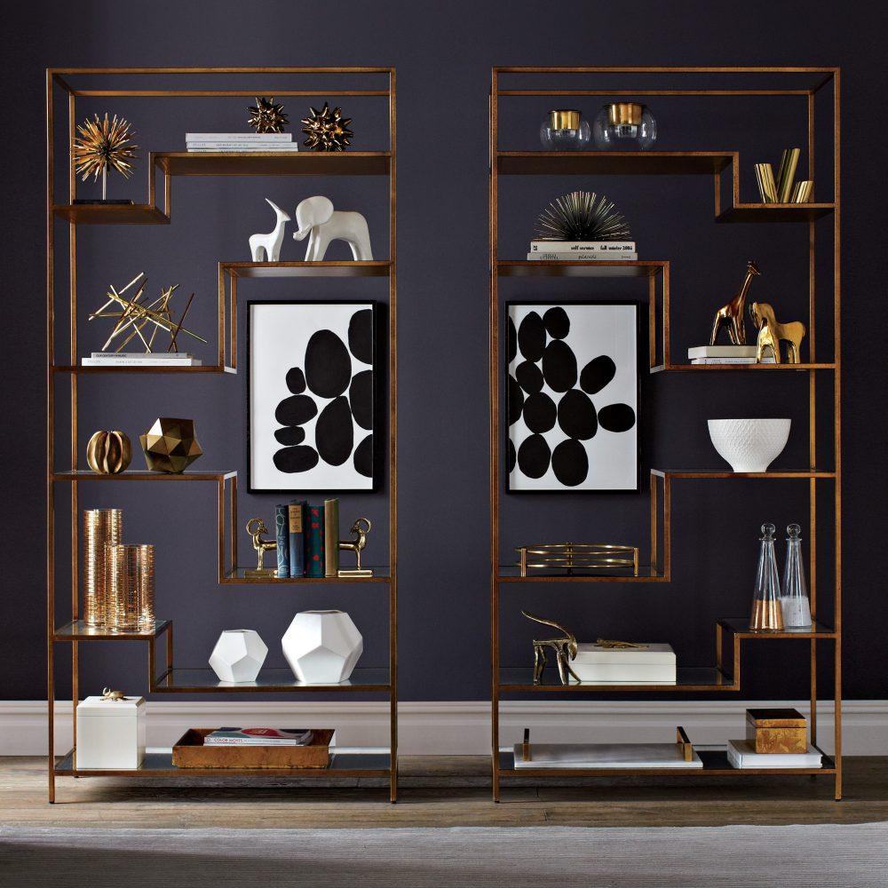 Темные сиреневые обои с серым оттенком выступают отличной основой для дизайнеркого стеллажа необычной формы. Белые акценты на элементах декора очень гармонично выглядят в общем интерьре