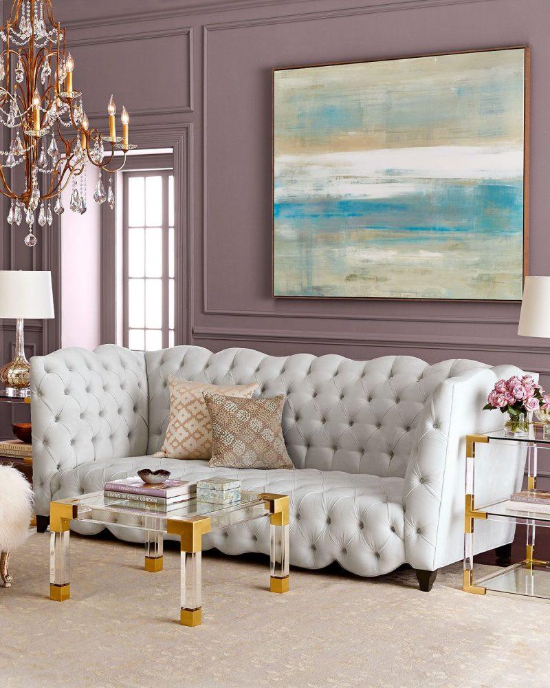 Просторная гостиная со светлыми обоями нежного сиреневого цвета