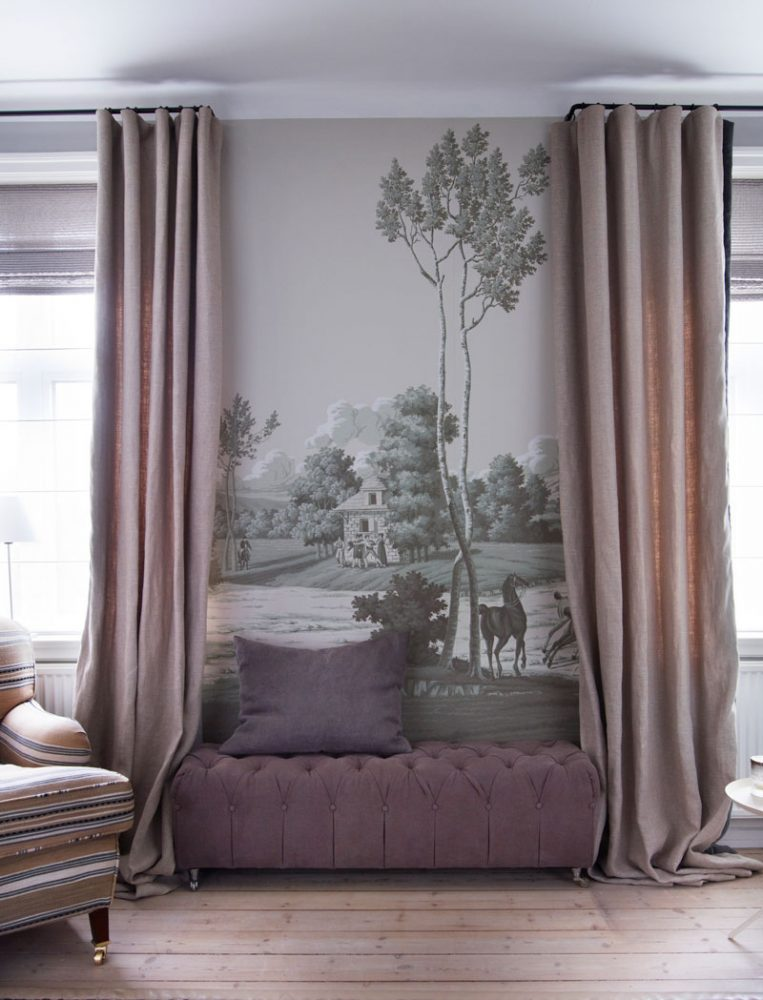 Небольшая гостиная в сиреневых тонах с массивным рисунком на обоях в зоне отдыха