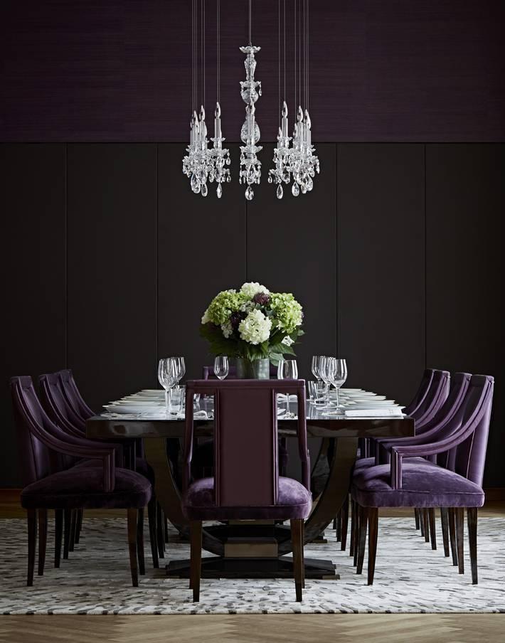 Очень роскошная столовая с комбинированными обоями сиреневого и черного цветов