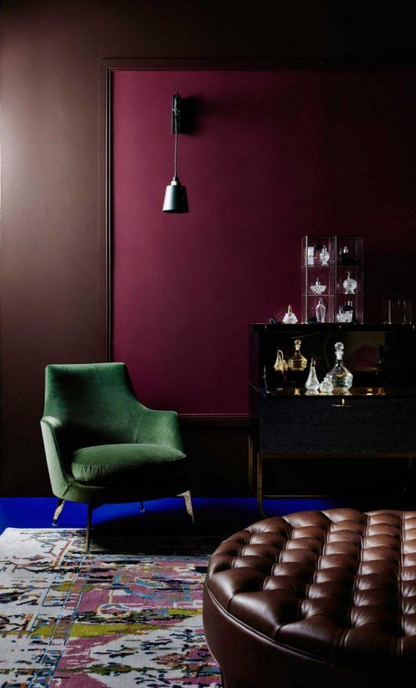 Очень уютный офис в частном доме - служит ярким примером гармоничного сочетания сиреневых обоев с зеленой и кожаной отделкой мебелиОчень уютный офис в частном доме - служит ярким примером гармоничного сочетания сиреневых обоев с зеленой и кожаной отделкой мебели