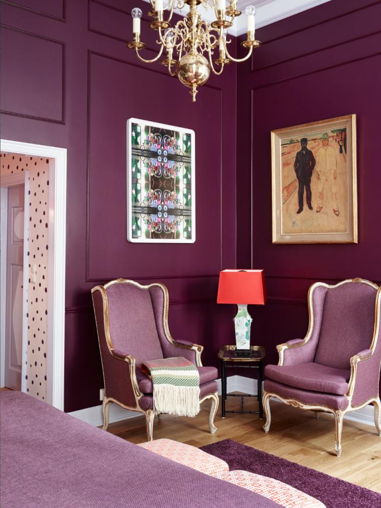 Атмосферная гостиная в сиреневых тонах отлично сочетает в себе классические нотки в современном интерьере