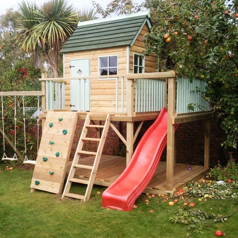 конструкция дачного детского домика во дворе