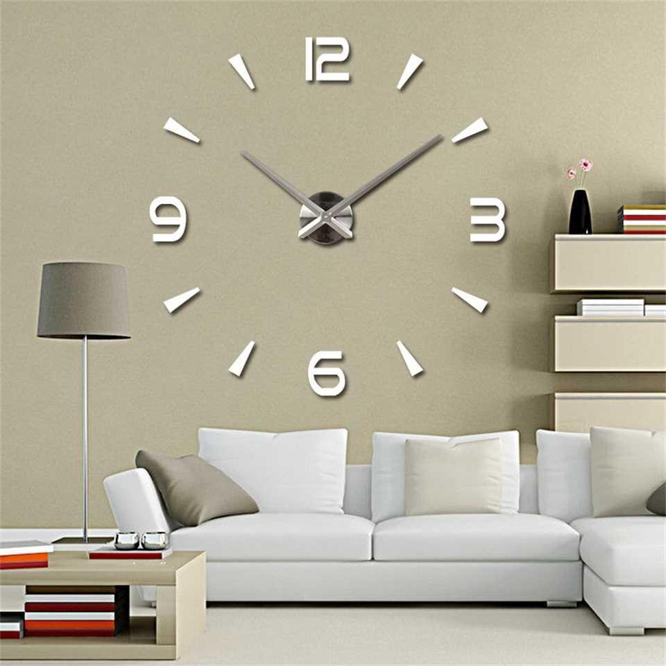 необычный дизайн гостиной комнаты с оригинальными настенными часами