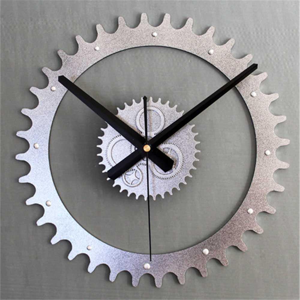 красивый стиль гостиной с необычными настенными часами