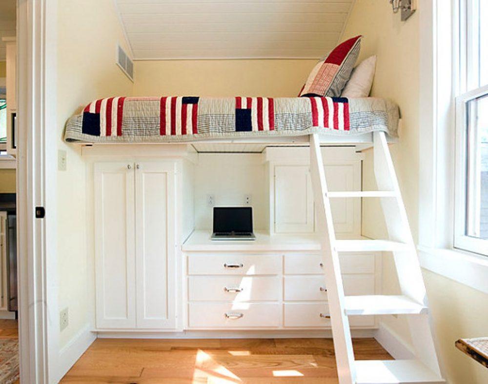 Спальное место оборудовано над встроенной мебелью