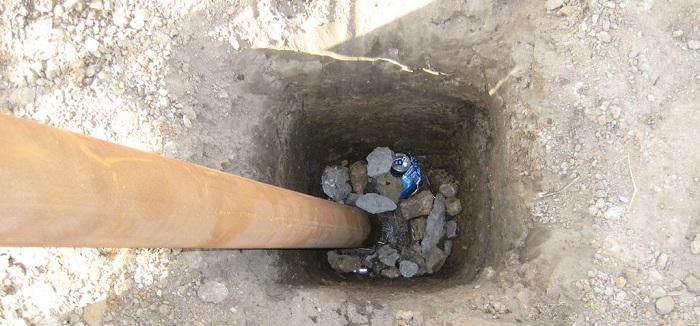 Сразу заполнять яму камнями до верха не нужно