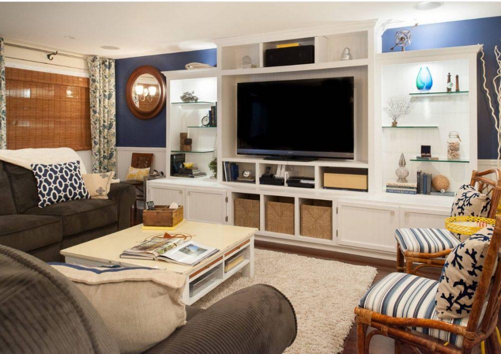 Симметрическое расположение стеклянных полок с милыми домашними вещицами в гостиной