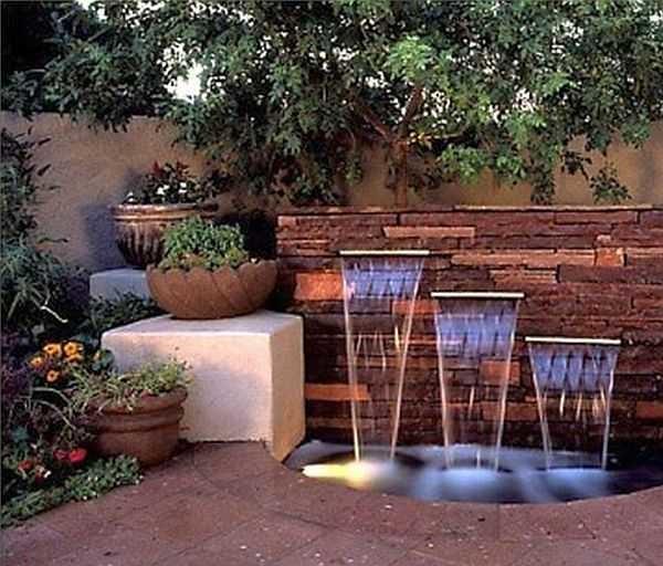 Терраса с маленьким водоемом и искусственным водопадом