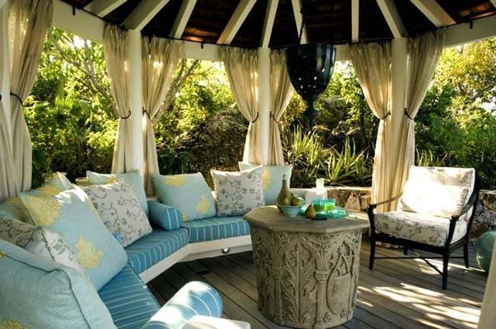 Терраса с подушками и шторами