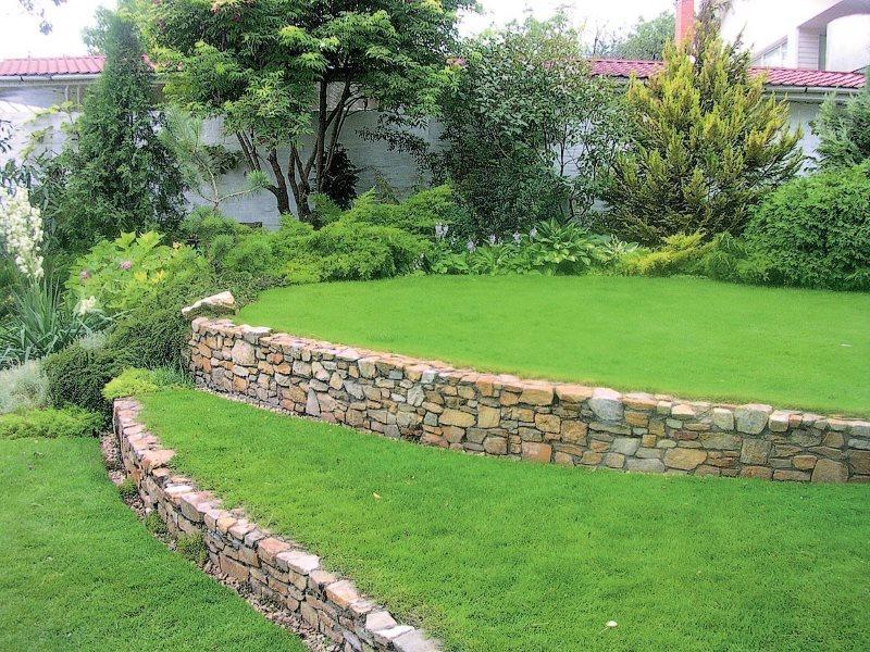 Террасы с газонами на склоне дачного участка