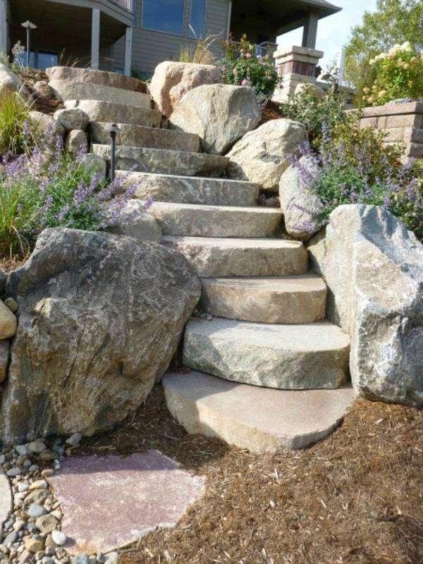 Цельные каменные ступени – отличный способ для осуществления ландшафтного дизайна