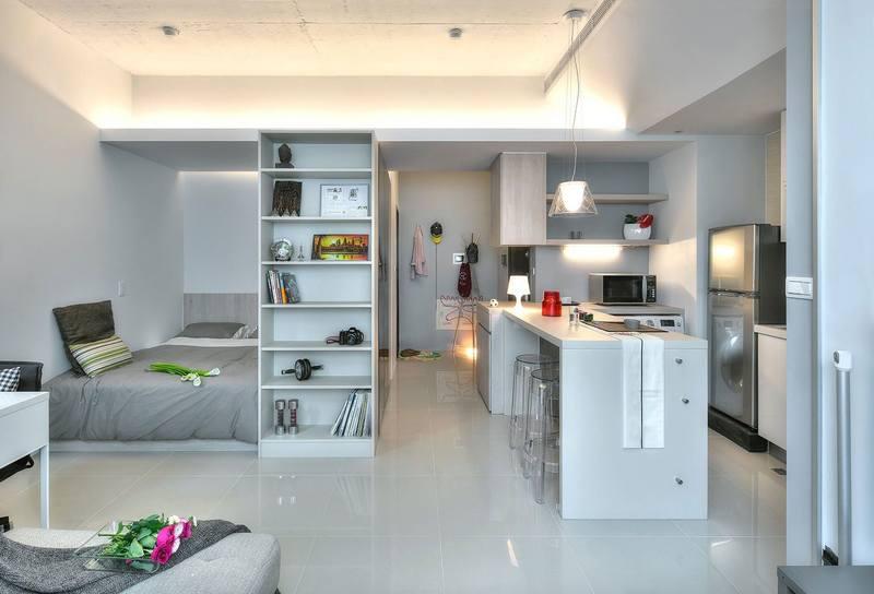 В квартире-студии спальное место желательно изолировать от кухни