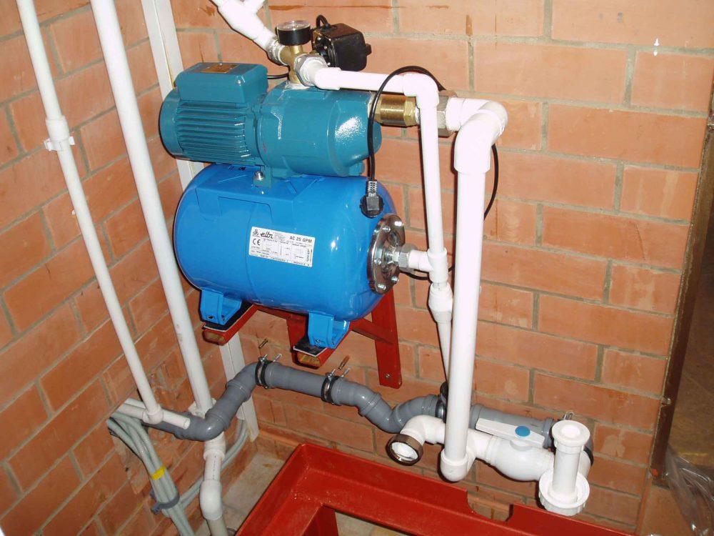Насосные станции в доме размещать рекомендуется лишь в тех случаях, если до источника забора воды не более 10 метров. В остальных случаях - в кессоне прямо у скважины или колодца