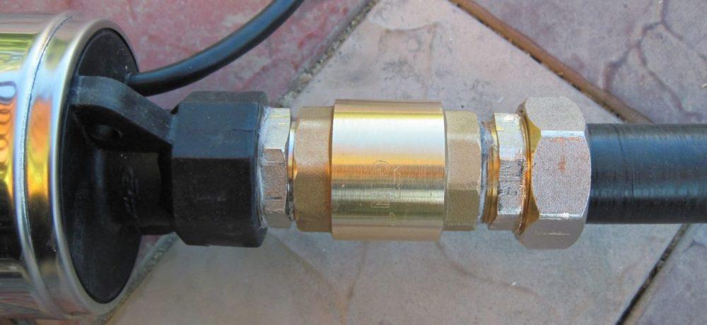 """Клапан обратного хода. Устанавливается до ввода в насосную станцию. Без него после отключения насоса вся вода будет """"сбрасываться"""" обратно"""