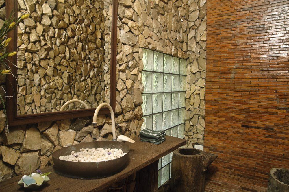 Колотый камень в отделке ванной комнаты
