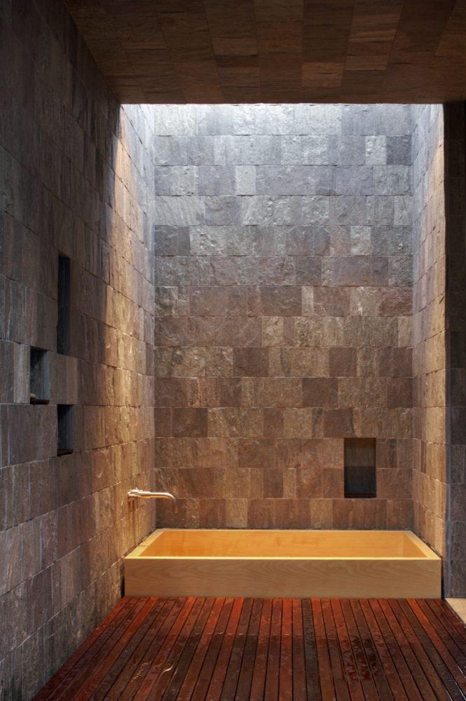 Каменные стены в ванной