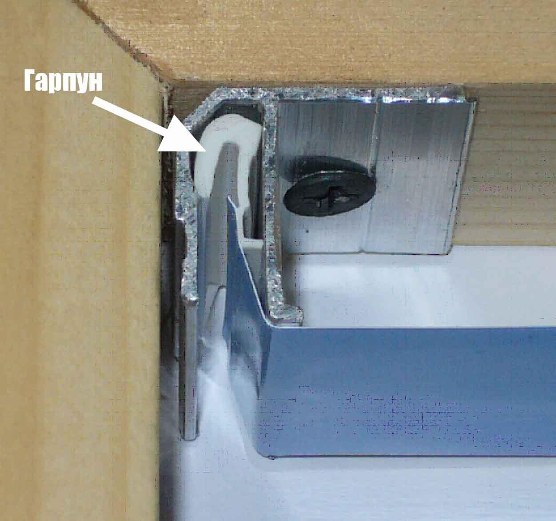 вариант использования гарпунной системы крепления натяжных потолков в отделке комнаты