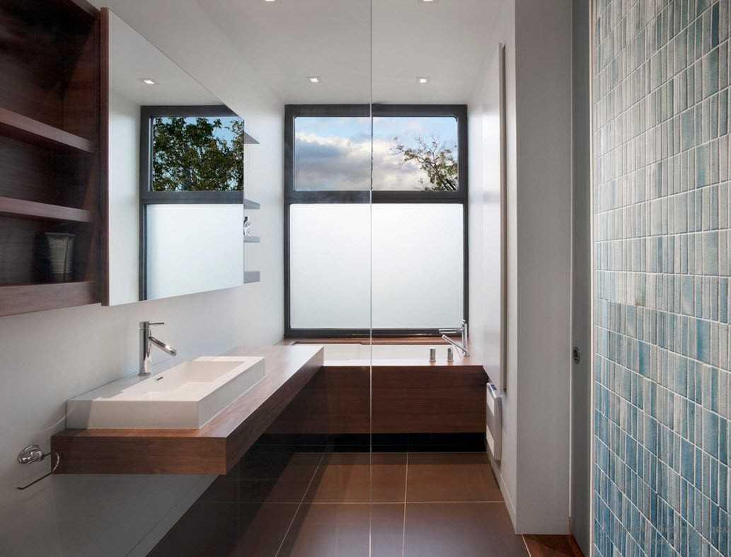 вариант красивого стиля ванной с окном