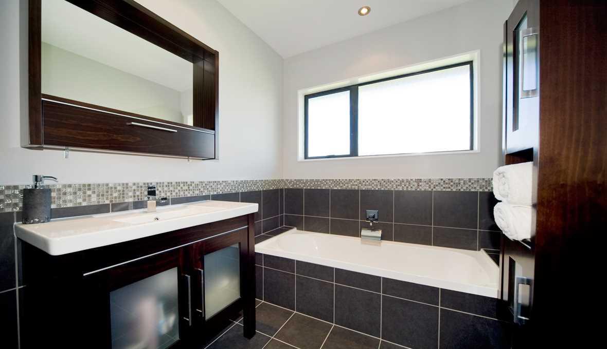 идея яркого интерьера ванной комнаты с окном
