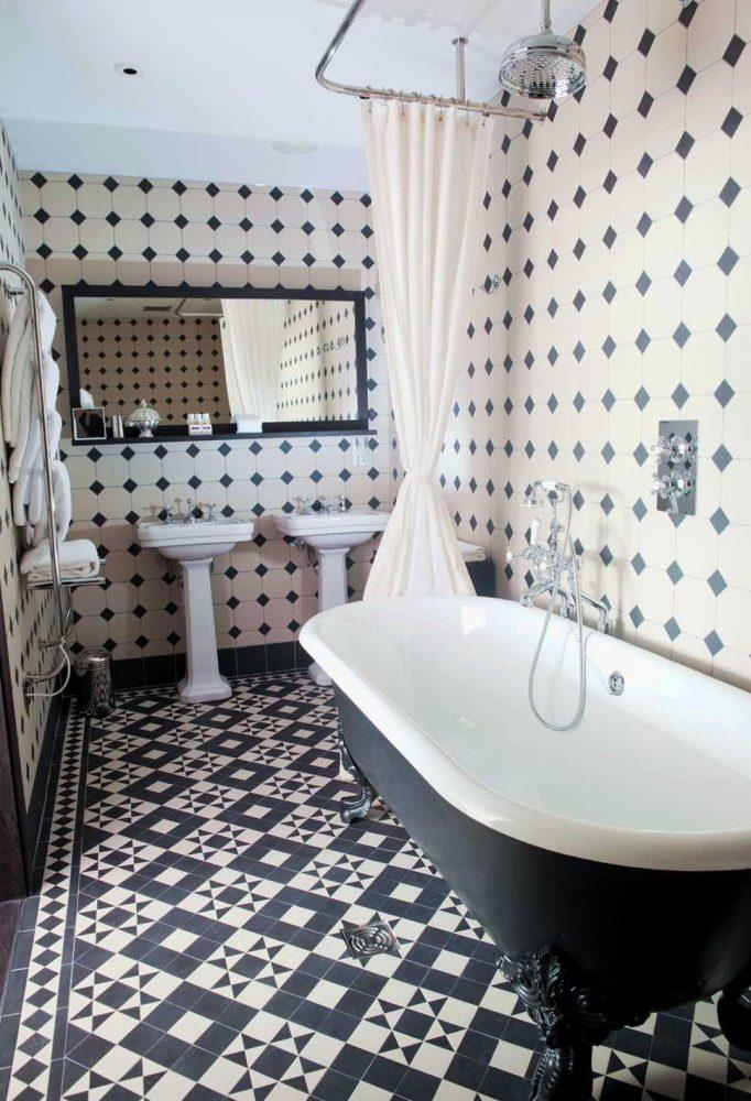 вариант современного стиля ванной в черно-белых тонах