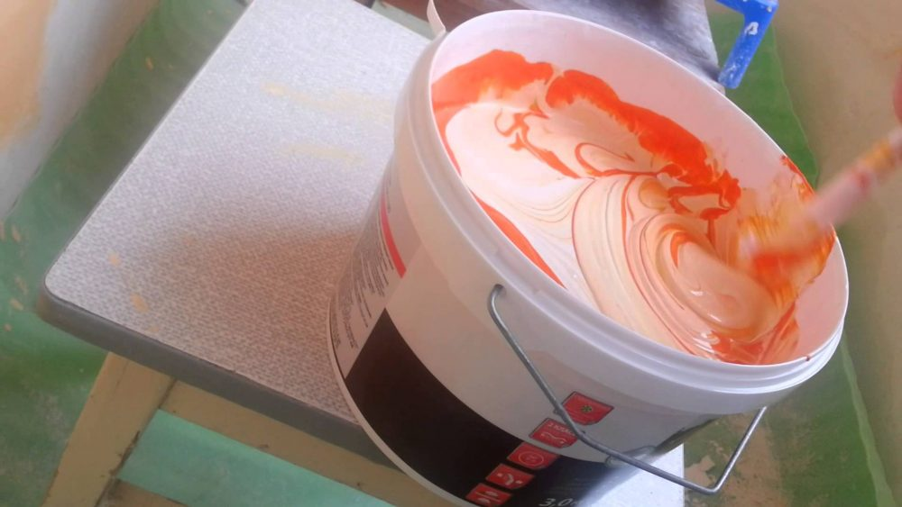 вариант применения водоэмульсионной краски в отделке стен квартиры