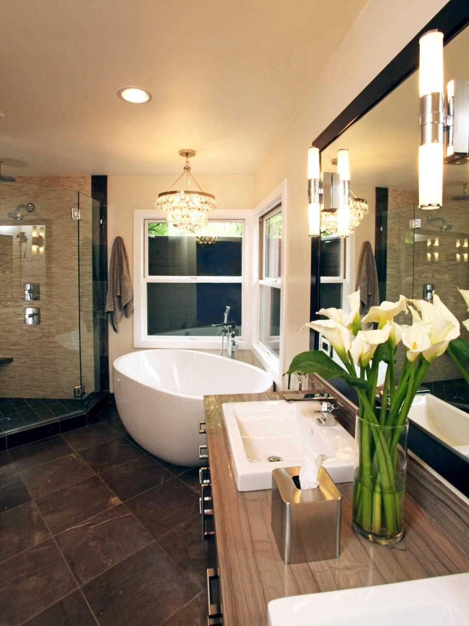 идея красивого стиля ванной с окном