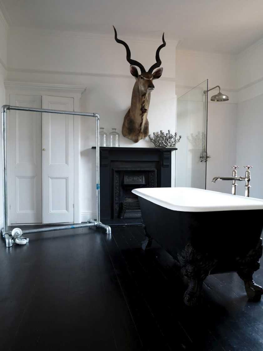 идея необычного интерьера ванной в черно-белых тонах