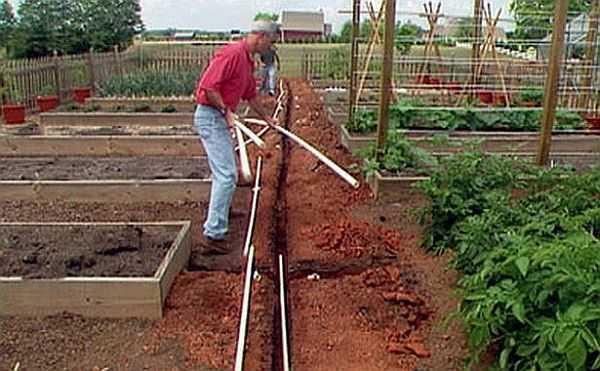 Перед началом монтажа водопровода на дачном участке трубы раскладывают в нужных местах