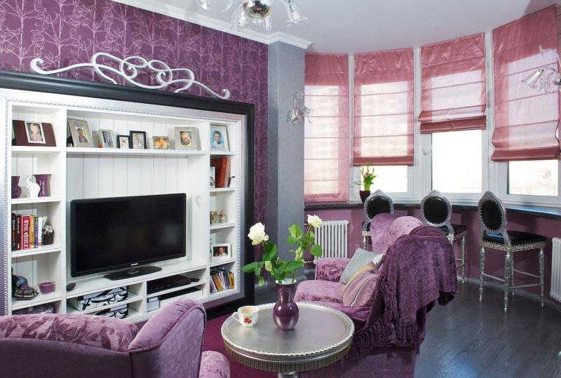 Интерьер с фиолетовой отделкой стен и розовыми шторами римского типа