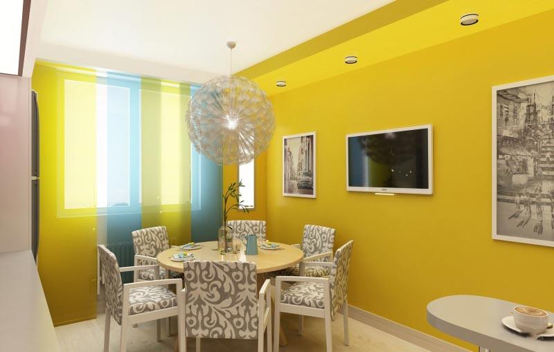 На фоне желтых стен удачно смотрятся голубые занавески